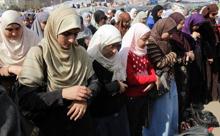epa02570185 Egyptian women pray as thousands of demonstrators take part in anti-government protest in Tahrir square in Cairo, Egypt, 08 February 2011. Egyptian protesters were calling for another mass rally as protesters at Cairo's Tahrir Square dug in for their third week of demonstrations. EPA/FELIPE TRUEBA +++(c) dpa - Bildfunk+++